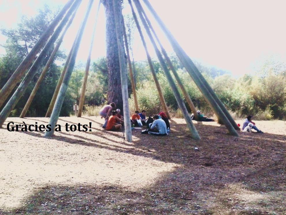 Assitents a la segona excursió del bloc, dinant sota el pi d'en Xandri